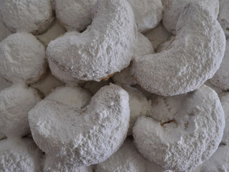 Try kourambiethes (or kourabiedes), one of my favorite Greek #Christmas #cookies. #christmasrecipes
