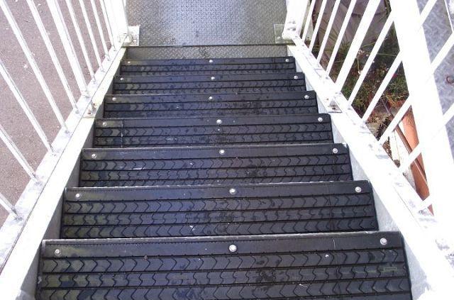 На даче чаще всего встречаются металлические лестницы, которые во время дожди или снегопада становятся очень скользкими. Попробуйте обшить ступени покрышками, и повысьте безопасность собственного дома.