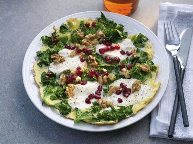 Omelett med grönkål och mozzarella | mittkok.expressen.se/recept | ägg, granatäpple, granatäpplekärnor, omelett i stekpannan, vegetariskt, vego
