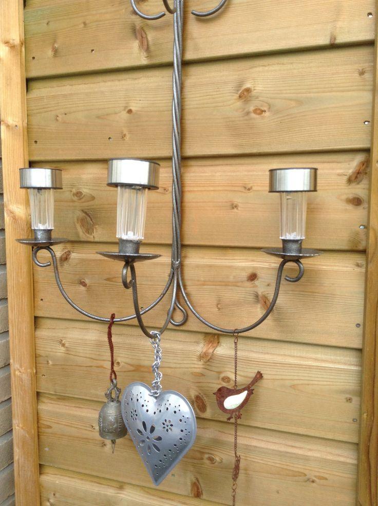 Oude kandelaar buiten gehangen met solar lampjes (action)