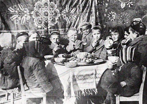 Приемные дети ташкентского кузнеца Шаахмеда Шамахмудова. Взял в семью 16 детей, потерявших родителей во время войны