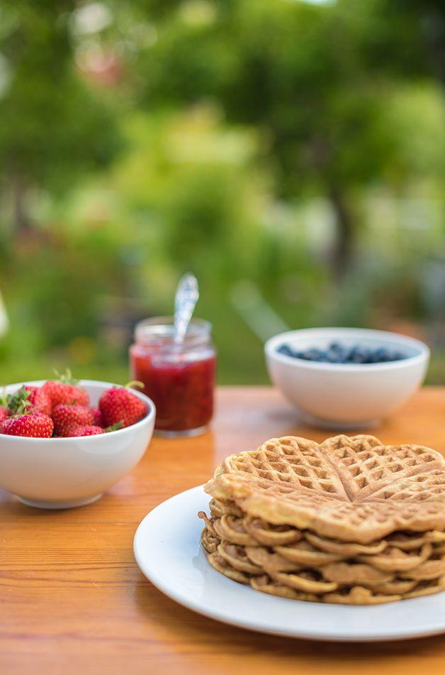 Melkefrie vafler serveres best varme. Se oppskrift på http://www.melkefrimat.no/