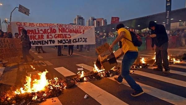 Bandera de nuestros compañeros del Movimento Nossa Classe en las calles de Brasil. #Metroviários