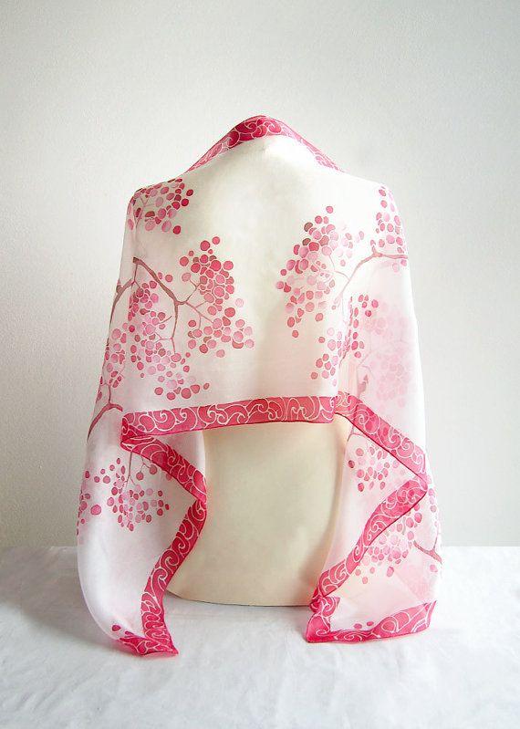 Foulard en soie Rowan est une peinte à la main foulards décoré avec des baies de sorbier rouge rouge et bordure rouge sur un fond blanc.  Cette écharpe blanche avec des éléments en rouges est une écharpe de Noël idéale - un cadeau personnel inspiré par l'art japonais de foulard de soie de kimono peinture que sorbier a été conçu et peint à la main par mes soins. Soie foulard sorbier en rouge & blanc a été inspiré par le matin de novembre brisk, enrichie par le feu - rouge Rowan. J'aime la ...