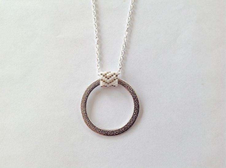 Collier blanc et argenté en perles Miyuki tissées autour d'un anneau : Collier par perles-de-sabe