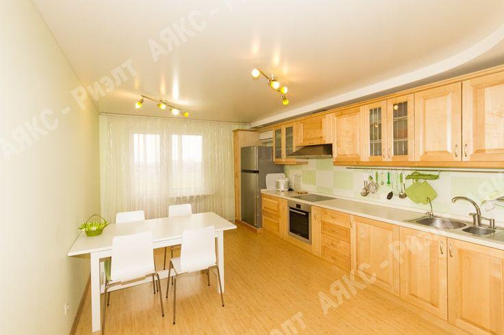 Кухня. Белый, салатовый. Светлая мебель из массива. Стена салатовая (на фото выглядит как белая).
