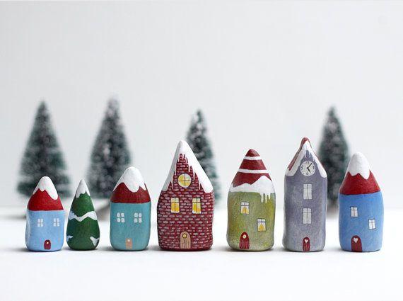 Argile d'hiver petite maison avec arbre et de la neige par rodica