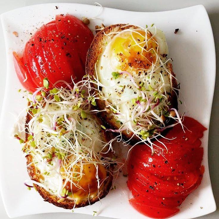#SmacznaŚroda i śniadaniowe sakiewki ❤️ 🔹Składniki: 1 grahamka (z wydłubanym środkiem), 2 jajka, 2 plastry filetu z indyka, plaster odtłuszczonego sera żółtego, kiełki do smaku.  Bułkę przecinamy na pół, do środka wkładamy startego indyka i ser, na wierzch wbijamy jajo. Zapiekamy 15 min w dosc niskiej temperaturze.  B:25 T:12 W: 25 👌 - śniadanie idealne 😋