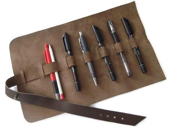 Rouleau crayon cas, rouleau-brosse peinture, stylo cas, Wrap au crayon en cuir, étui à crayon, trousse de voyage, rouler Pencil Case, mallette, brune ou noire. Cet étui en cuir véritable est une manière élégante de tenir vos instruments d'écriture, des stylos, des crayons. Le cuir est doux mais offre une protection parfaite pour vos accessoires. Une sangle pratique avec une épingle en métal, vous permet d'ajuster la fermeture. Le cuir est un produit naturel et biologique, donc il peut y…