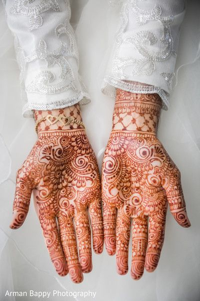 Beautiful mehndi art http://www.maharaniweddings.com/gallery/photo/100473