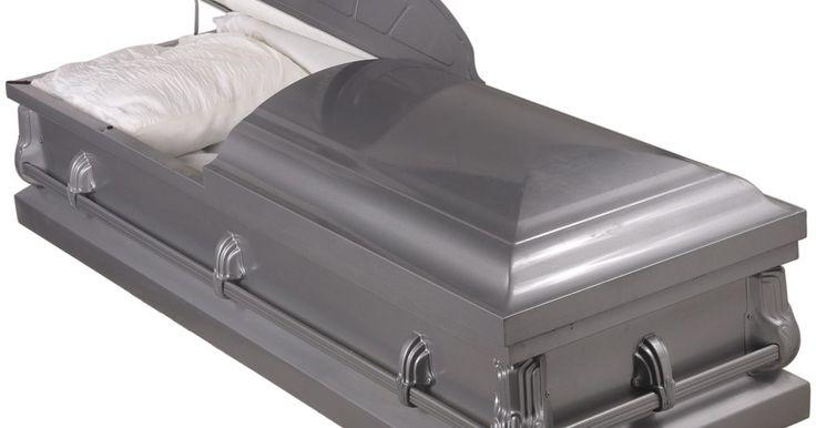 A preparação do corpo humano para funerárias. Quando o corpo chega na funerária, o primeiro dever do agente funerário é criar um relatório detalhado, catalogando os objetos pessoais (joias e roupas, por exemplo), a condição física do corpo (arranhões, cortes, machucados, etc) e os produtos químicos específicos para embalsamá-lo que irão ser utilizados durante o processo. Depois, todas as ...