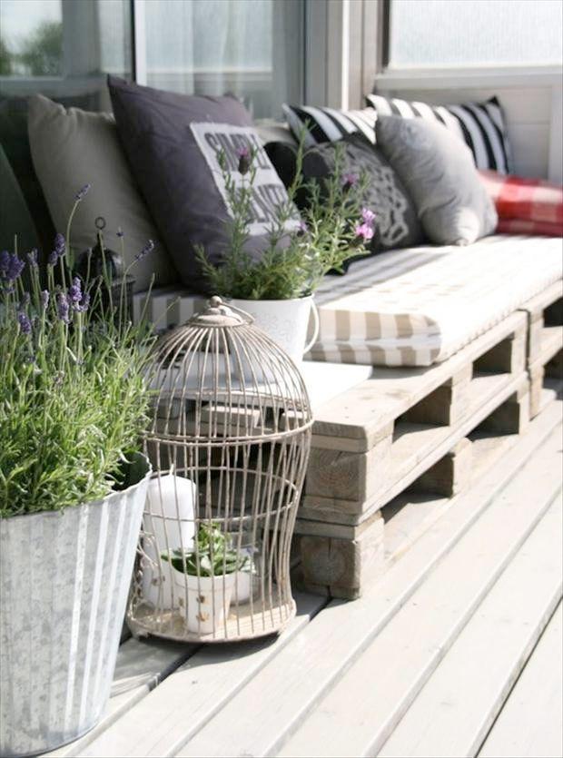 Utemöbler till trädgården kan bli en kostsam historia. Det är ingen nyhet att det går att skapa fantastiska utemöbler med hjälp av lastpallar. Varsågoda, projektinspiration till trädgården!