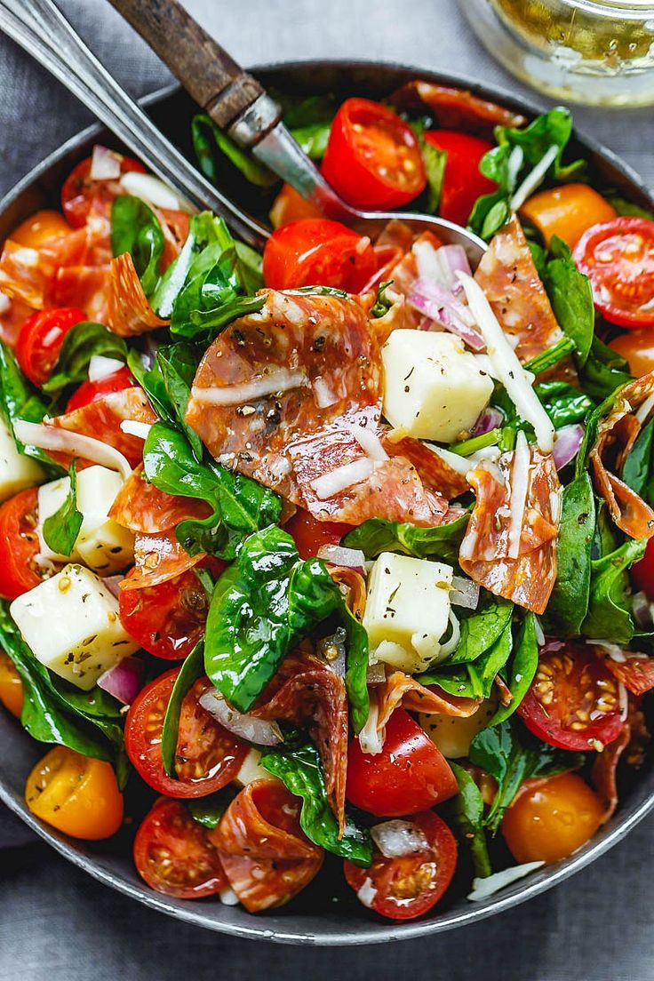 Spinatsalat mit Mozzarella, Tomaten und Peperoni