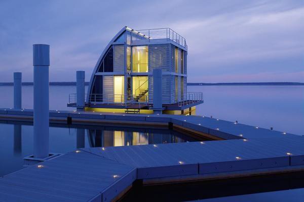 Außergewöhnlich: Schwimmende Ferienhäuser und -wohnungen der Luxusklasse auf dem Geierswalder See. Atemberaubende Lage und tolles Design!