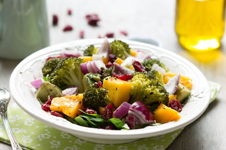 Salade de brocoli, mangue, mâche, oignons rouges et raisins secs au vinaigre de framboise