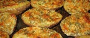 Überbackene Kartoffelhälften mit Knoblauch, Sahne und Käse