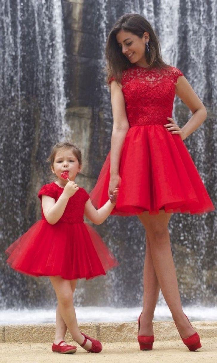16 madres e hijas utilizando el mismo Outfit. Parecen dos gotas de agua!