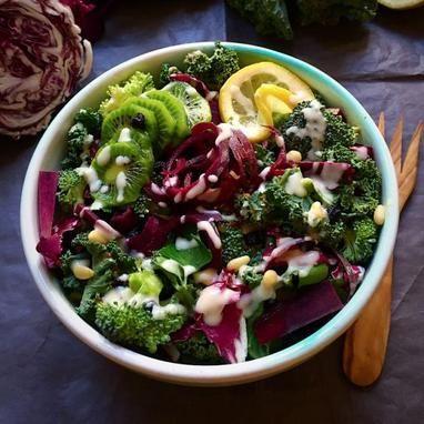 Detox σαλάτα με φρέσκα λαχανικά και dressing ταχινιού - Tlife.gr