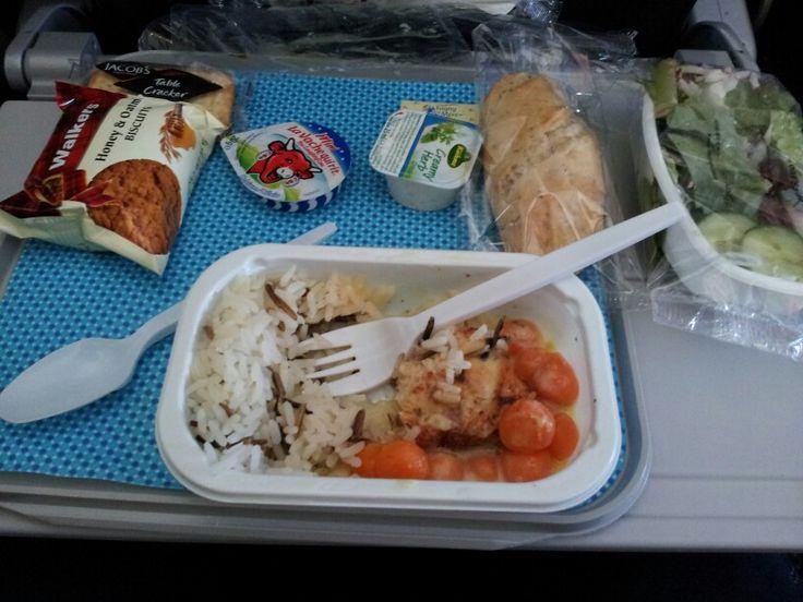 American airlines - obiadek. Do wyboru kurczak lub ravioli z grzybami i sosem. W standardzie kawalek masla, bialego sera, salata z kawalkiem rzodkiewki i mrozone pieczywo
