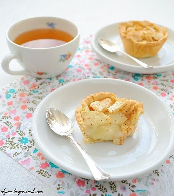 Мини-пироги с заварным кремом, яблоком и грушей от alyaw    Ингредиенты (на 6 мини-пирогов):    тесто  40 гр. сливочного масла  1 желток  1 ст. ложка сметаны  щепотка соли  1 ст. ложка сахара  1 не полный стакан муки (стакан=250 мл.)    крем  2 ст. ложки сахара  100 мл. сливок (15-20%)  1 ст. ложка меда  20 гр. сливочного масла  1 ст. ложка кукурузного крахмала  1 ст. ложка молока  о.5 ч. ложки ванильного сахара    начинка  1 маленькое сладкое яблоко  1 маленькая спелая груша  щепотка корицы…