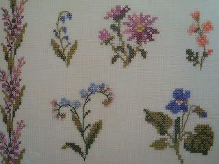 """35 υπέροχα σχέδια με μπορντούρες λουλουδιών για σταυροβελονιά 35 lovely cross stitch flower borders Επισκεφτείτε την ετικέτα """"λουλο..."""