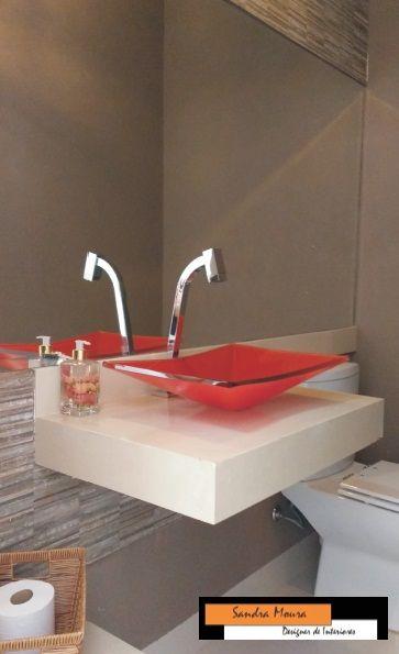 Lavabo moderno,cuba de vidro vermelha, com detalhes de revestimento Portobello, bancada em marmore crema marfil