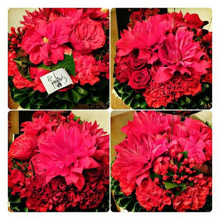 オートクチュールのお花屋さんで注文したお花を母に贈る🌹  #jardinsdesfleurs #ジャルダンデフルール #オートクチュール #母の還暦祝い #還暦祝い #還暦祝いのプレゼント #アレンジメント #アレンジメントフラワー #beautiful #flower #flowers #ダリア #dahlia #バラ #rose #カーネーション #carnation #ポインセチア #チューリップ #プバリア #還暦たから赤 #表参道 #南青山
