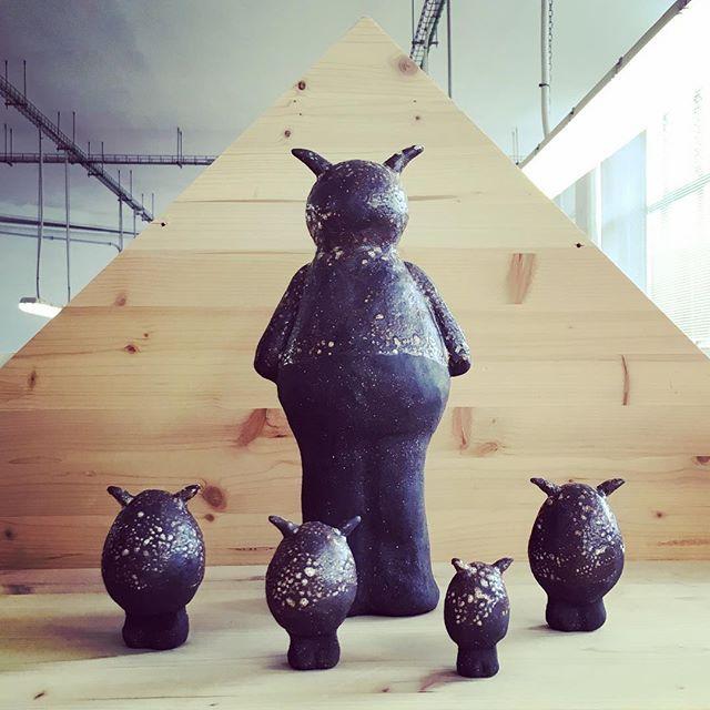 Monster Family has arrived. I'm on holidays 👹🏝 #agceramica #stoneware #ceramicsculpture #ceramics #ceramique #ceramica #monster #mounstruo #black #family #eggs #holidays #art