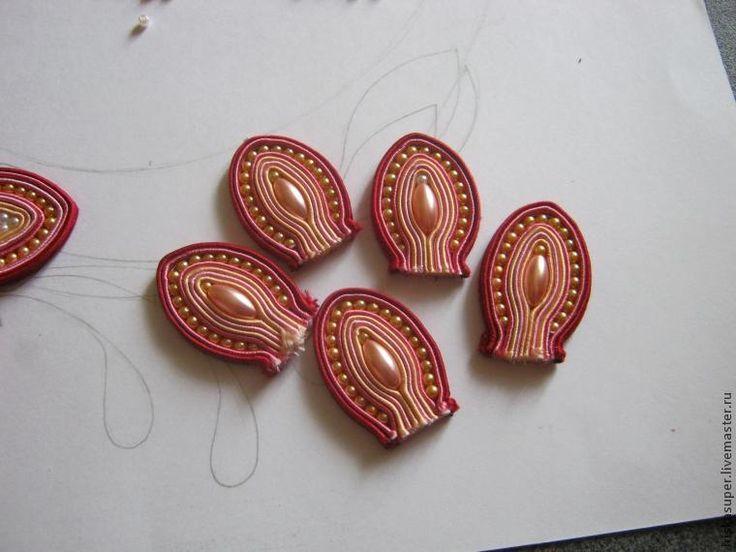 Материалы: 1. Сутаж 3мм — 4 цвета; 2. Бусины разной формы: - круглая 3мм — 2 цвета; - рис 6х12мм; - 'под жемчуг' 10мм — 2 цвета; - бусина для серединки цветка 3. Кожа; 4. Дублирин; 5. Нитки, иглы, клей 'Момент-кристалл'. Этап 1 — эскиз. Эскиз я рисую схематичный, потому что в ходе работы возможны отступления, иногда сам сутаж предлагает интересный х…