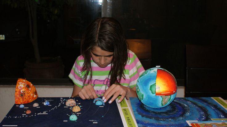 Mi hija terminando sus maquetas del Sistema Solar y las capas de la Tierra. Realizada en base de Cartón, esculpida con estilete en unicel, terminada con pinturas. acrílicas, plastilina, resistol blanco y silicón frío.