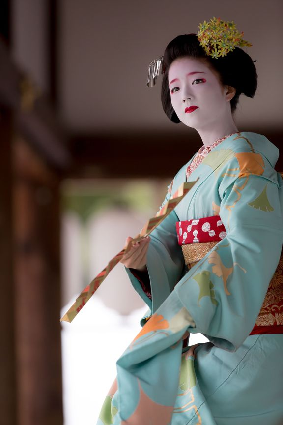 一瞬の所作に華あり。 Camera Canon EOS5DMarkⅢ & Lens CANON EF300mm F2.8LⅡ IS USM - Maiko, Kyoto