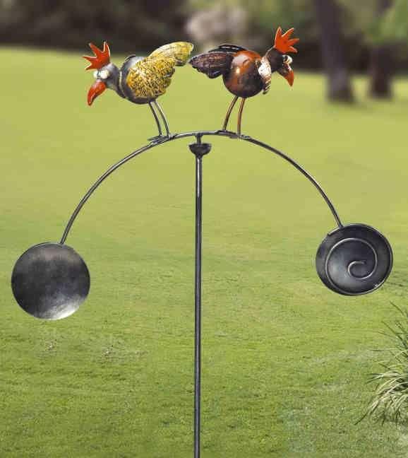 Windspiel, 2er-Hühner - Aufwendig bemalte Hühner mit massivem Eisengestell. Das Windspiel ist ideal für Blumenkübel auf der Terrasse, dem Balkon oder auch am Hauseingang.