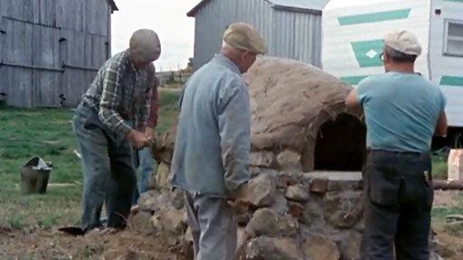 Court métrage documentaire sur la construction d'un four à pain. Tout ce qu'il faut savoir et faire nous est démontré ici par un groupe d'hommes et de femmes pour qui les anciennes traditions sont encore très vivantes.