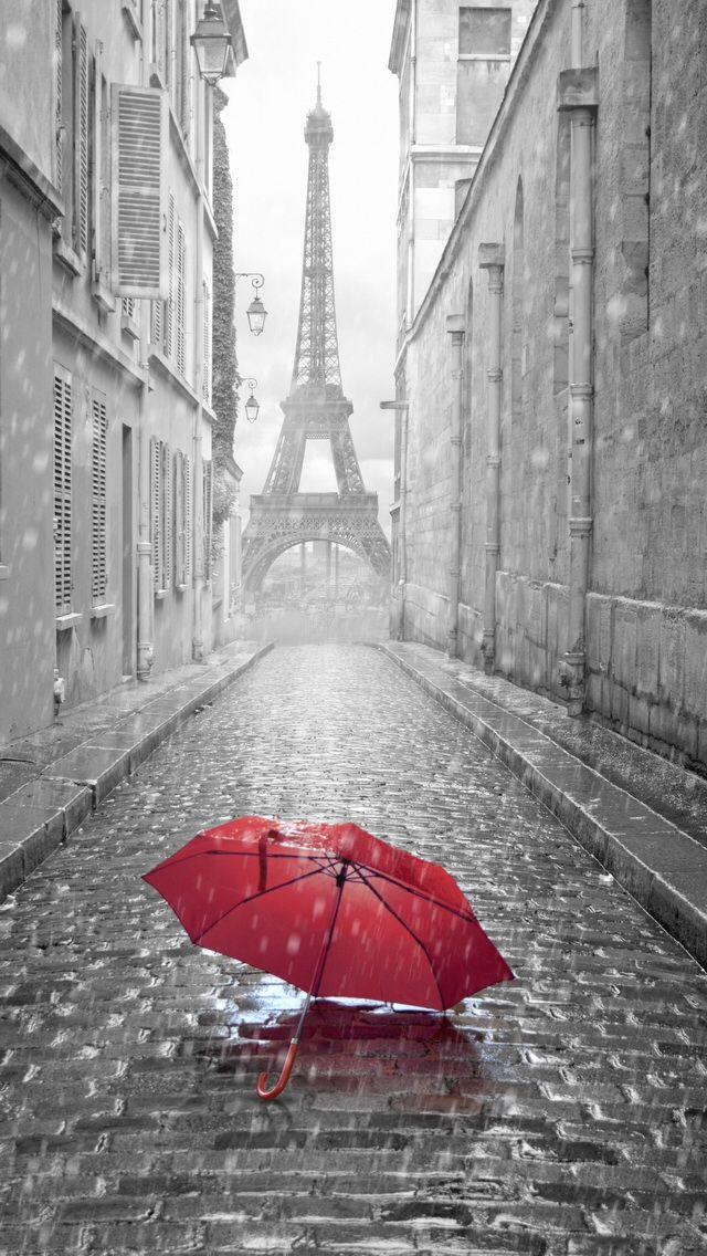 Paraguas rojo bajo la lluvia de París ...