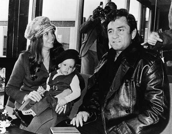 johnny cash esposa june carter y su hijo john esperan en el aeropuerto de copenhague. Black Bedroom Furniture Sets. Home Design Ideas