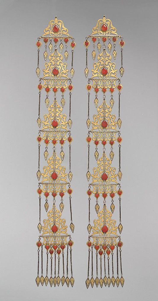 Central Asia or Iran. Temple pendant from the late 19th to early 20th century. Silver, fire-gilded, with openwork, cabochon carnelians, silver chains, and embossed pendants.