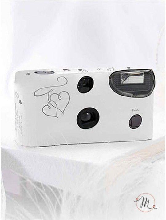 Wedding camera Cuori argento.Questa Wedding Camera usa e getta, è dotata di flash e permette la realizzazione di 27 foto a colori. In #promozione #offerta #matrimonio #wedding #weddingday #cerimonia #ricevimento #nozze #weddingcamera #foto #sconti