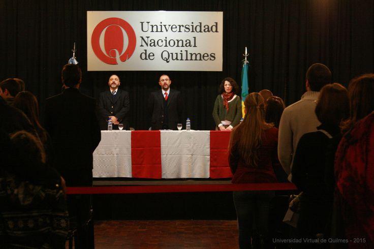 Autoridades de la UNQ entonando las estrofas del Himno Nacional Argentino (de izquierda a derecha): Dr. Germán Dabat (Secretario de Educación Virtual), Dr. Alejando Villar (Vicerector), Mg. Nancy Calvo (Vicedirectora del Departamento de Ciencias Sociales)