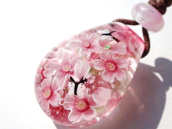 とんぼ玉ペンダント 《桜とモンシロチョウ》|桂知子|Creema
