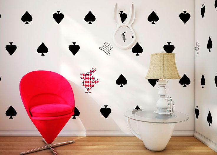 """Такая комната станет любимым уголком дома для девочек, которые зачитываются сказками об Алисе. Сколько интересных дизайнерских находок – часы на стене с ушками зайца, обои с картой """"пик"""", и даже основание стеклянного столика выполнено в виде чашки."""