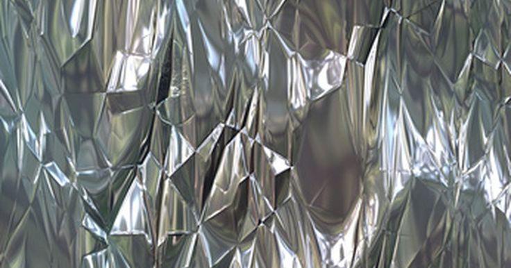"""Propiedades químicas y físicas del aluminio. Según ChemistryExplained.com, """"el aluminio es el tercer elemento más abundante en la corteza terrestre"""". Fue Hans Christian Oersted quien aisló por primera vez al aluminio en 1825. El aluminio tiene un número atómico de 13 y su símbolo atómico es Al."""