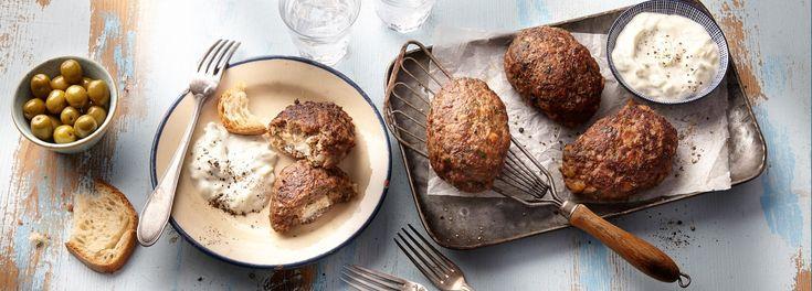 In Griechenland ist es ein Klassiker: das saftig mit Feta gefüllte Bifteki! Wer den Originalgeschmack sucht, grillt es auf Holzkohle. Hier geht´s zum REWE Rezept »