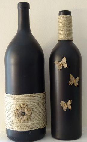 Una hermosa pieza para tu mesa o manto, esta botella de vino pintada negro es parcialmente envuelto en hilo y adornado con pequeñas mariposas de papel de aspecto vintage. Hace un regalo maravilloso de la boda o la inauguración de la casa. Par con otra botella y una bola de la guita de mi tienda para un precioso arreglo chic shabby.