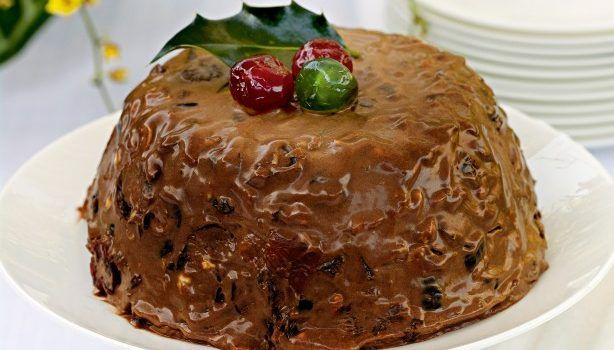 Μια υπέροχη παγωμένη Χριστουγεννιάτικη σοκολατένια πουτίγκα. Μια συνταγή για να απολαύσετε μια πουτίγκα παγωτό ως επιδόρπιο και όχι μόνο, τις γιορτινές μέρες με την οικογένειά σας και τους καλεσμένους σας.  Υλικά συνταγής  1 ¼ φλ. τσαγιού κόκκινα