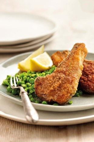 Gekrummelde lamstjops met parmesaankaasertjies | SARIE | Crumbed lam chops with Parmesan peas  #dinner #idea