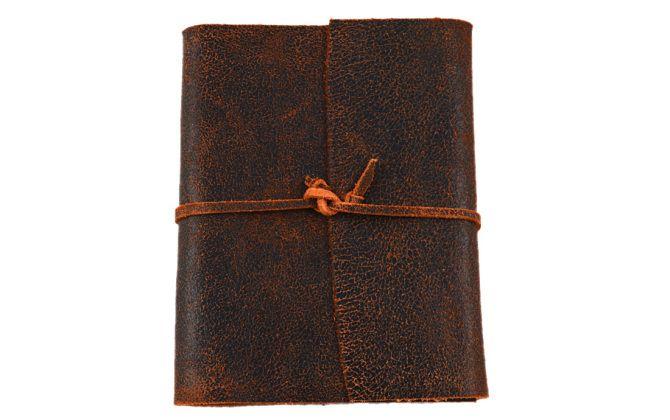 Os diários com capa de couro são os mais tradicionais produzidos pela Diários de Viagem. Possuem uma aparência rústica e misteriosa, como a de um antigo grimório.