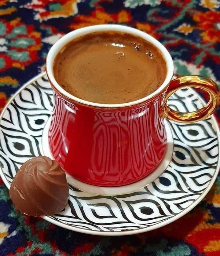 ألمح وجهك في فنجان قهوتي فأرتشف قطراته قطرة قطرة عسى أن أراك في قاع فنجاني صباااااح الجوري Coffee Corner Tableware Coffee Love