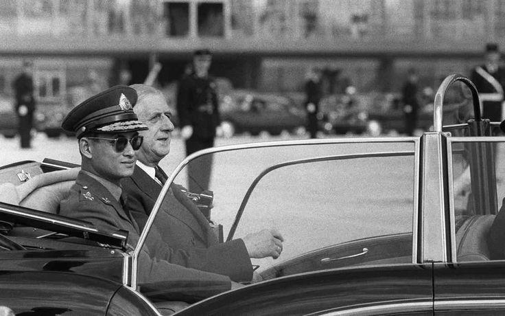 Foto de 11 de outubro de 1960 mostra o rei tailandês Bhumibol Adulyadej (E) com o presidente francês Charles de Gaulle em sua chegada no aeroporto de Orly, a sul de Paris