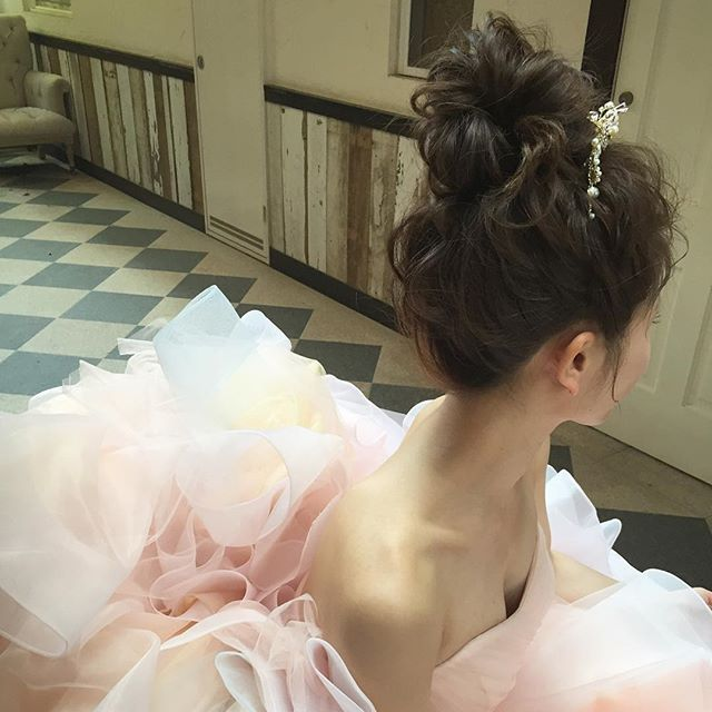 wedding hair♡ ドレスのカラーが素敵すぎ♡ そしてやっぱりお団子は永遠にかわいい(*ˊૢᵕˋૢ*) dress…@primevere_wedding ・・・ #ヘアアレンジ #uアレンジ #団子ヘア #花嫁ヘア #結婚式 #二次会ヘア #プレ花嫁 #プリムベール #hairarrange #weddingdress #primevéredress