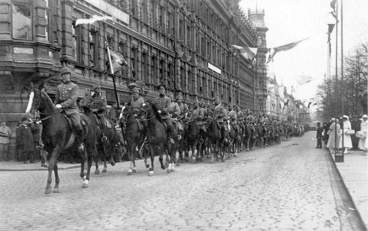1918 - Voitonparaati koostui marssista kaupunkiin, katselmuksesta ja ohimarssista. Mukana oli 12 000 miestä. Tapahtumaa tahditti viisi soittokuntaa ja joukkojen omia soittokuntia. Marssi alkoi Töölöstä. Mannerheim esikuntineen ratsasti kärjessä. Perässä seurasi tykistöä, rakuunoita ja ratsujääkäreitä. Kuva blogista: Vanhaa paperia vain